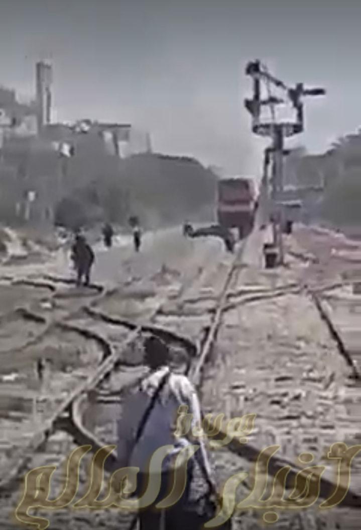 سيده تلقي بنفسها أمام قطار ٩٨٣ بمحطة ابوتشت بقنا والسائق ينقذها