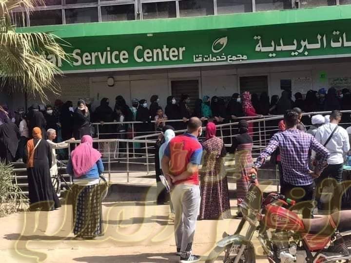 بريد قنا يشهد ازدحام شديد من المواطنين قبل أيام عيد الفطر