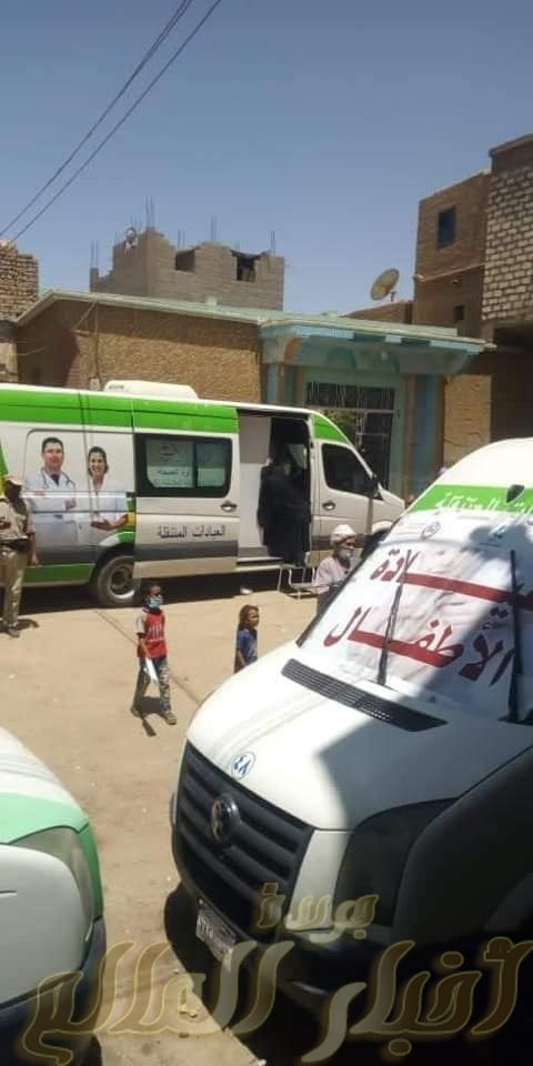 """مبادرة """"حياة كريمة"""" توقع الكشف الطبي علي ١١٥٠ حالة خلال قافلة طبية مجانية بنجع عزوز في دشنا"""