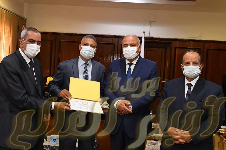 محافظ قنا يكرم طالبين كفيفين لحصولهم علي مراكز متقدمة بالثانوية العام